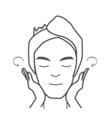 取適量精華乳塗抹於臉部與頸部肌膚輕拍幫助肌膚吸收。