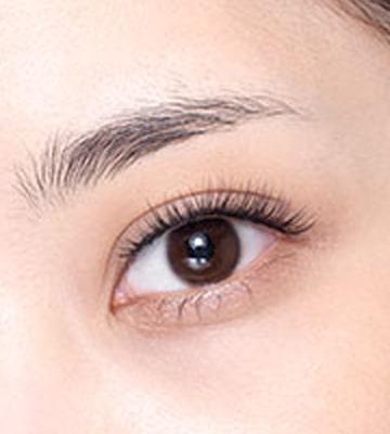 抹去眉毛位置的油分,將眉毛梳理整齊。