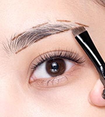 以斜角掃蘸取適量氣墊眉霜,注意不要太用力,否則容易蘸取過量。