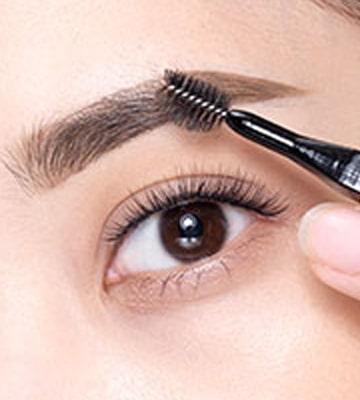 以螺旋眉掃取適量眉霜,沿眉毛生長方向均勻掃開。