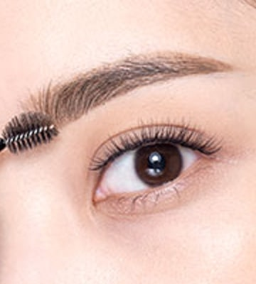 以螺旋眉掃的短毛一端,向上梳理眉頭的眉毛,令妝容更富年輕活力。