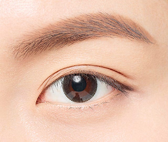 不使用睫夾直接上睫毛膏,能展現自然捲度;上睫毛膏前先使用睫毛夾,可達到戲劇性捲翹效果