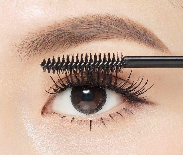 將刷頭停留在睫毛尾端五秒鐘,讓捲度定型,睫毛捲翹更完美