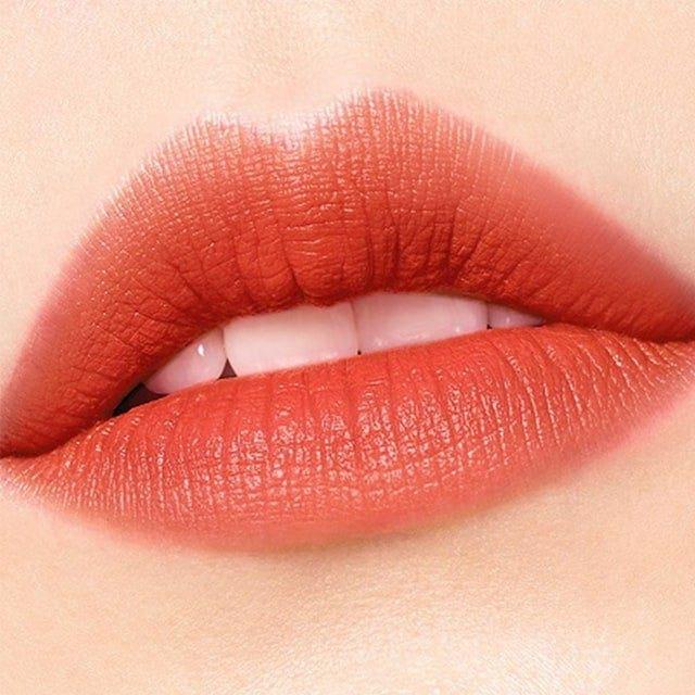 質地輕盈、貼合,打造光滑的緞面妝效。