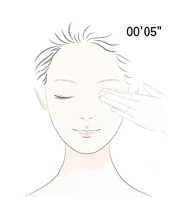 用化妝棉沾取後,覆蓋在眼部或唇部,停留約5秒徹底溶解彩妝。