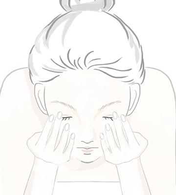 以溫水將臉部沖淨。